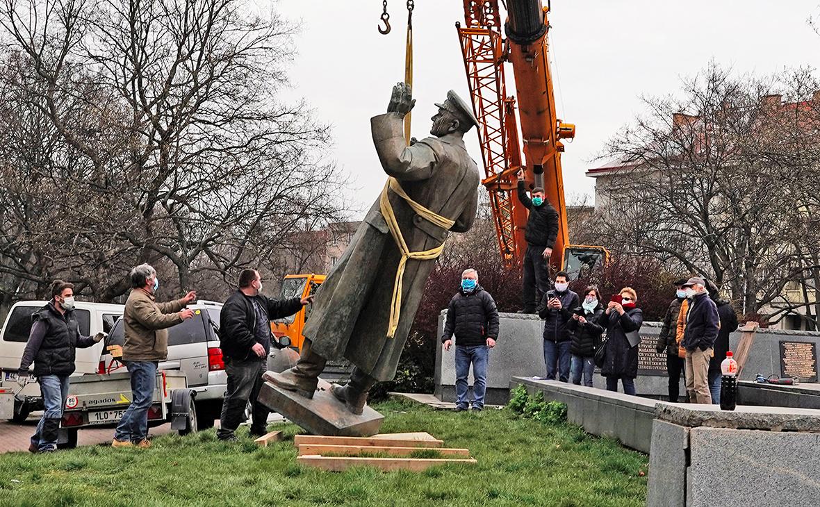Снос памятника маршалу Коневу в Праге